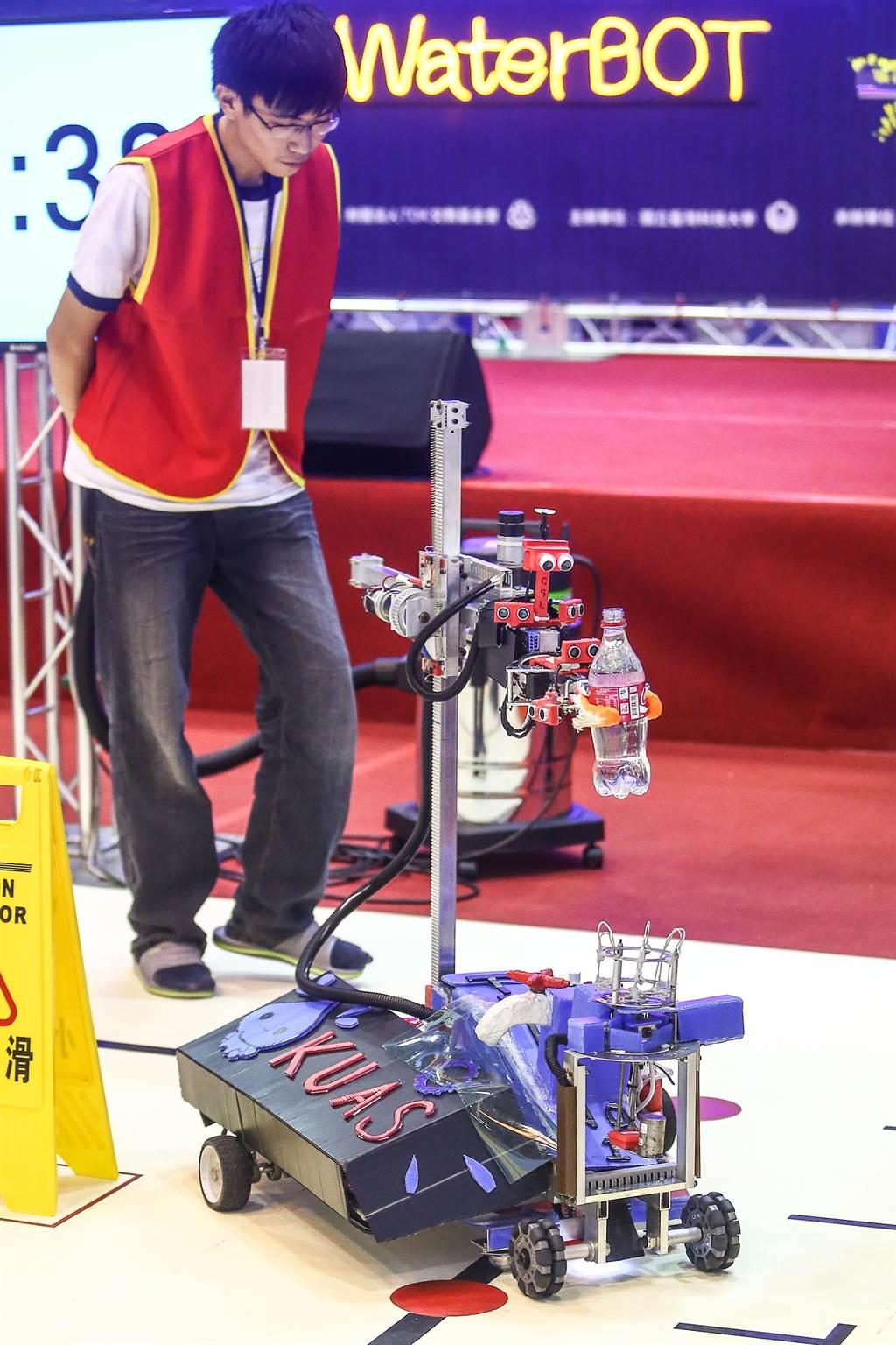 第20屆TDK盃機器人競賽16日舉辦決賽,全國大專校院46支隊伍同台較勁,讓自家打造的機器人,力拚3分鐘內完成開冰箱、取水、倒水、送水任務,爭奪冠軍5萬元獎勵與免費赴日觀摩機會。自動組由高雄應用科技大學的「飲水思源」隊奪冠。(鄧博仁攝)