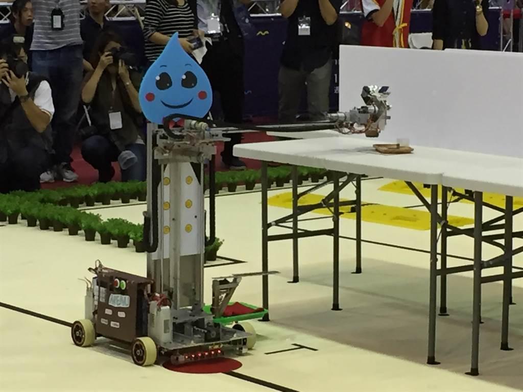 第20屆TDK機器人競賽今天舉行,各種機器人均使出渾身解數來達成任務。(林志成攝)