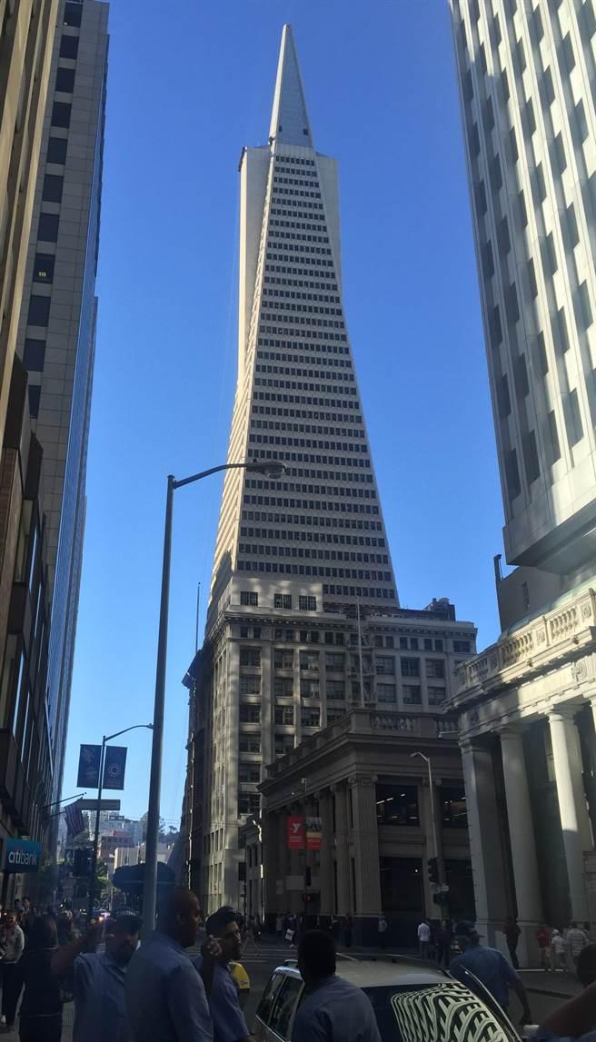 舊金山市的泛美金字塔大樓(圖中有尖頂的高樓)已經保持舊金山最高樓43年了。(圖:陳子巖攝)