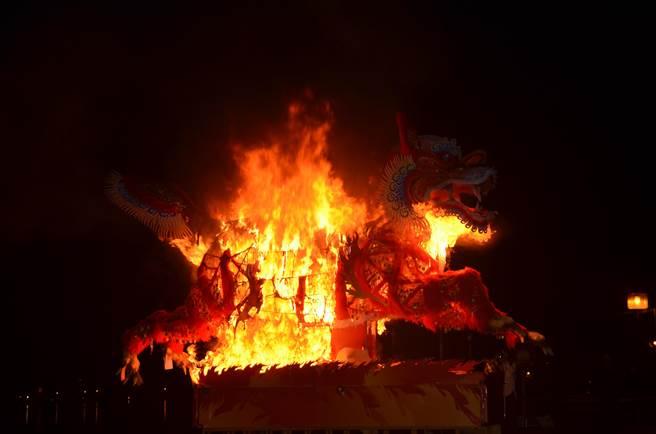 火獅燒化儀式祈福平安萬年。(吳江泉翻攝)