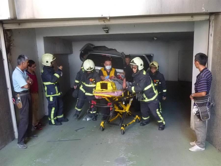 51歲陳姓男駕駛休旅車,開進地下停車場時將牆壁撞出一個大洞,警消人員緊急救出送醫。(盧金足翻攝)