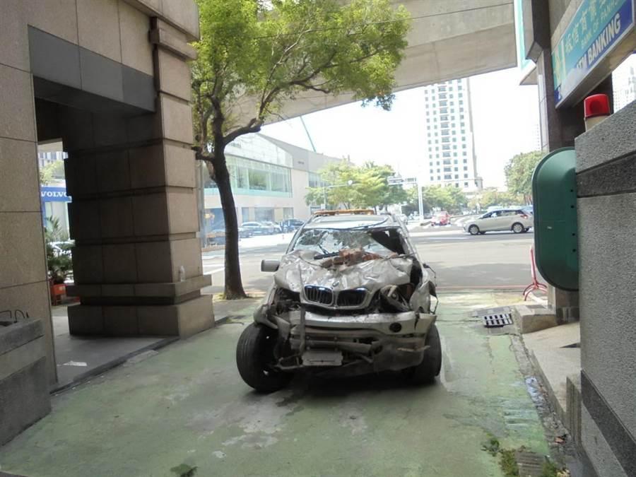 進口休旅車撞牆後, 車身扭曲,面目全非。(盧金足攝)