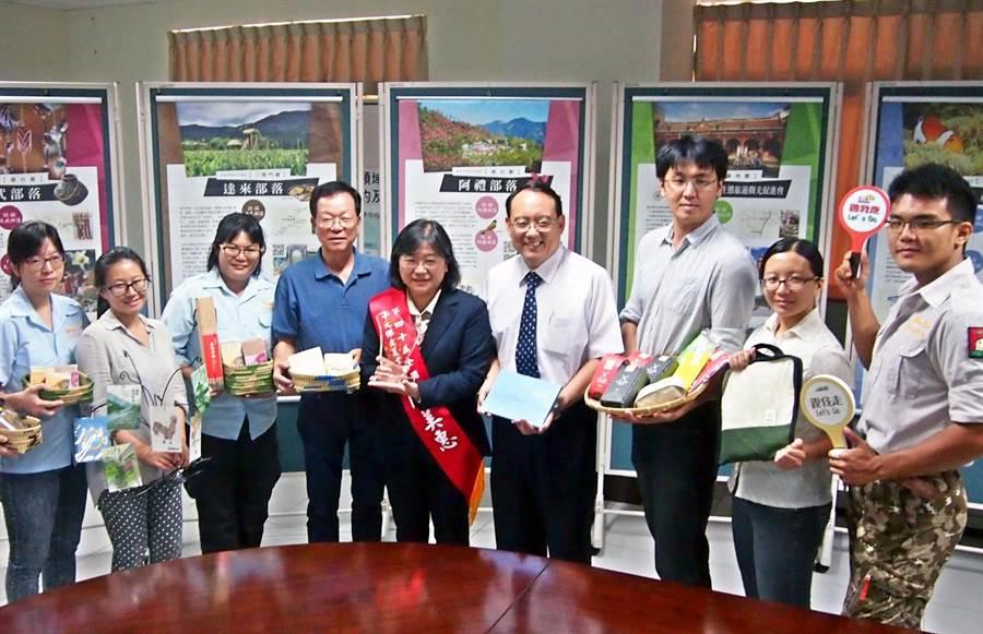 屏東科技大學森林系主任陳美惠(中)和學生團隊經11年努力,打造屏東縣成為全國最多生態旅遊社區的縣市。(潘建志攝)