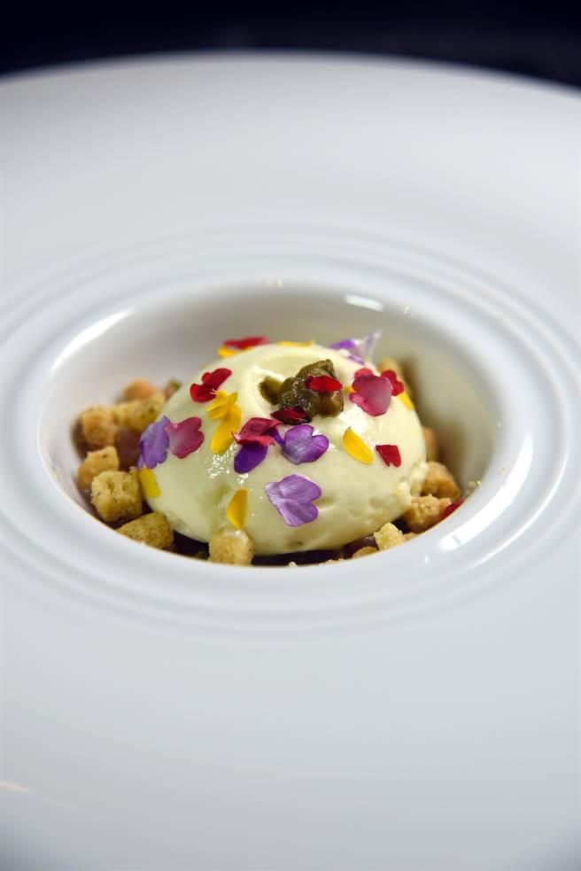 〈生鮪魚佐醃漬鯷魚.酸豆酥餅.橄欖油慕斯〉的慕斯中夾著的韃靼鮪魚,直接吃的味道有點鹹,但搭了酒與或麵包就剛剛好。(圖/姚舜攝)
