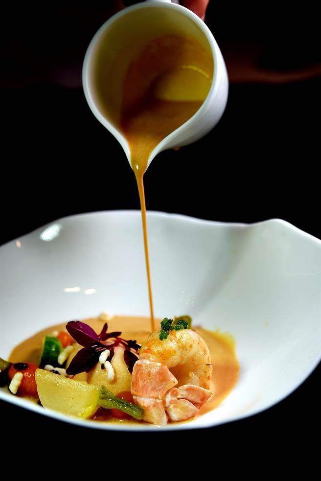 法國小螯蝦肉質細致鮮甜,主廚以橄欖油香煎後搭配螯蝦餅,再淋上用蝦頭蝦尾與蝦殼熬的醬汁提味。(圖/姚舜攝)