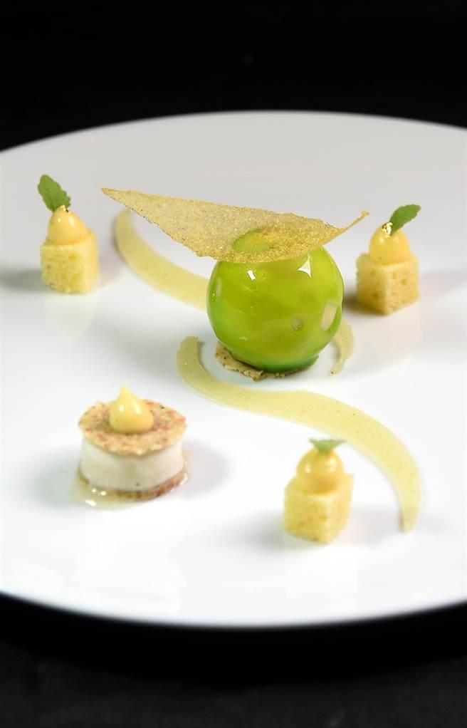 用蘋果作甜點很常見,這〈綠蘋果.檸檬蛋糕.洋甘菊冰沙〉的形色味則展現米其林星級餐廳的風範。(圖/姚舜攝)