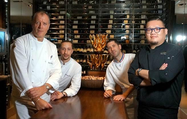 法國傳奇米其林2星〈金字塔〉餐廳主廚派翠克.翁里胡(Patrick Henriroux,左前)至台北國賓飯店客座,並與〈A CUT〉牛排館主凌維廉四手聯烹。(圖/姚舜攝)