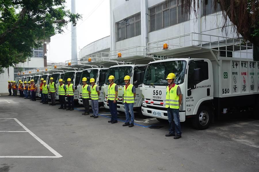 新式資源回收車報到,今年有81輛汰舊換新,其中23輛獲環保署補助。(王文吉攝)