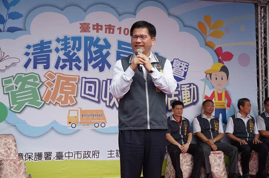 市長林佳龍到場向3千多位環保英雄致敬,宣布2年內預計進用600名清潔人員,彌補人力缺口。(王文吉攝)