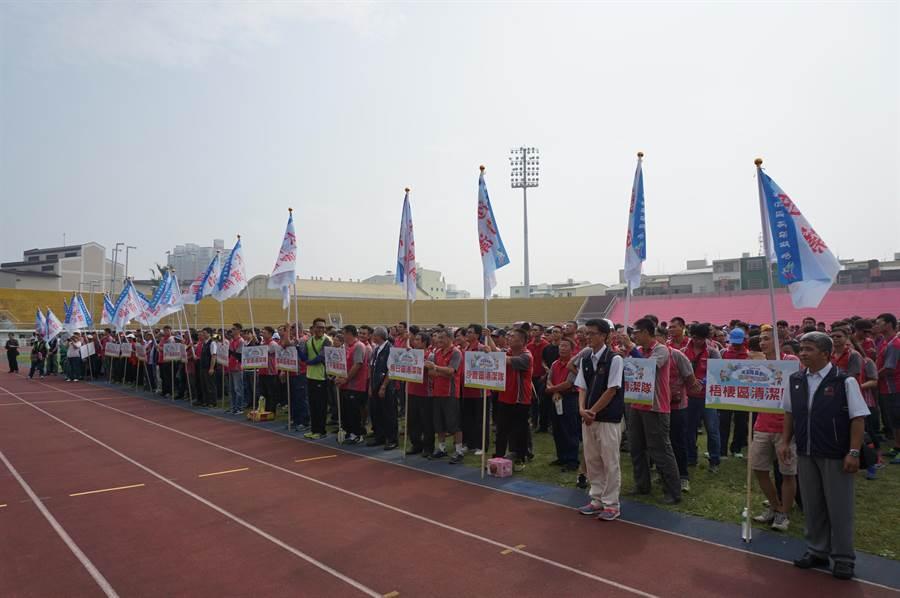 3千多名環保隊員齊聚豐原區體育場,參加清潔隊員節慶祝活動。(王文吉攝)
