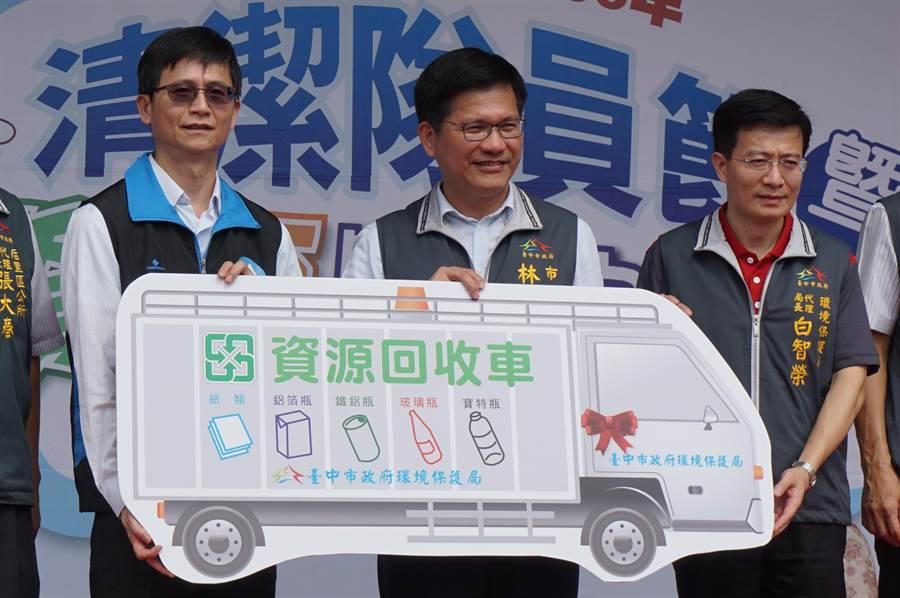 環保署副署長詹順貴(左)送來回收車補助大禮,市長林佳龍(中)代表接受。(王文吉攝)