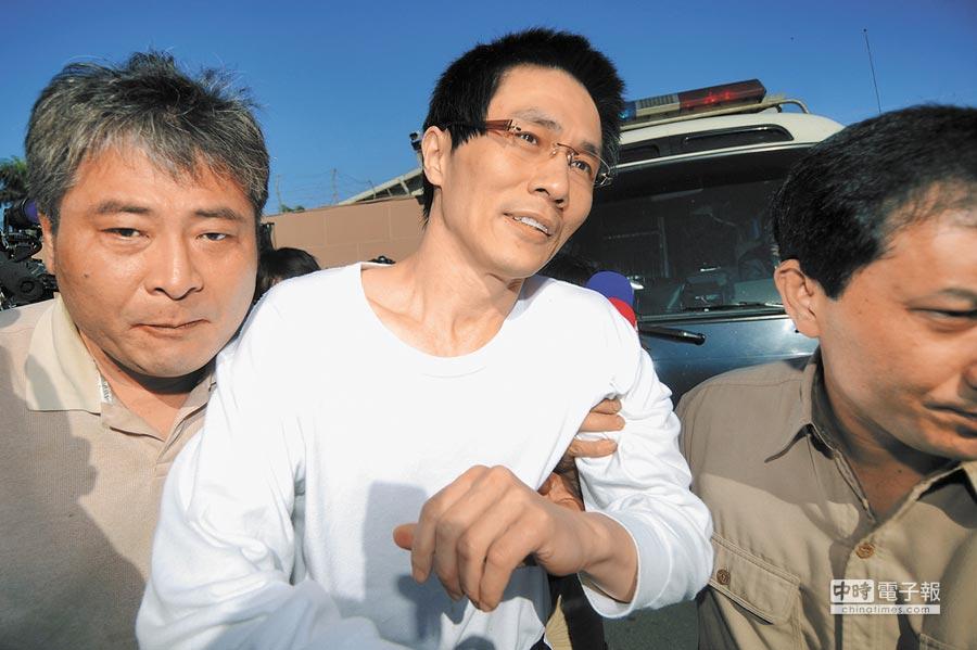 藏鏡人?  犯下百億台幣掏空案的前國票公司營業員楊瑞仁(中)刑滿出獄後,沒想到又捲入樂陞案,台北地檢署18日傳喚楊到案說明。(本報資料照片)