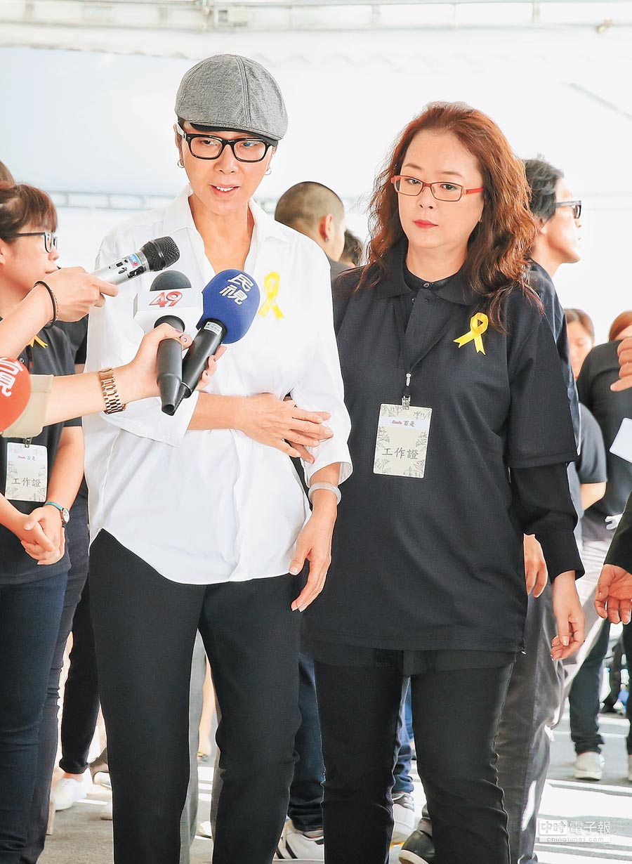 陳美鳳(左)感謝寇桑對她的提攜,在一旁的趙永馨表情哀戚。(羅永銘攝)
