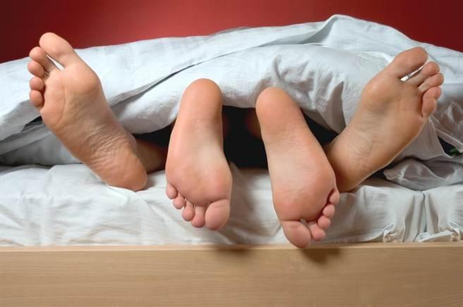 一對躺在床上的情侶。(圖\Shutterstock)