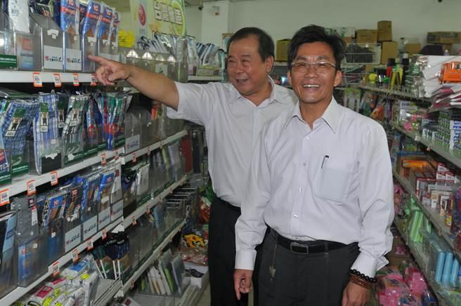 縣聯社理事主席黃克標(右)、經理黃武國(左)說明溫起鋒2度採購醬油、內褲等生活用品情形。(李金生攝)