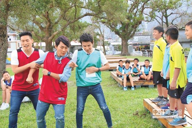 許孟哲(左起)、王仁甫和孫協志因飢餓感作祟,拚命想贏得比賽來換取食物。
