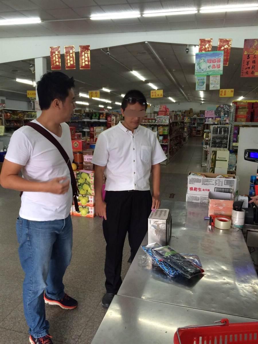 自称大陆「异议份子」的温起锋(右)在金门县联社购物遭到逮捕。(海巡署提供)