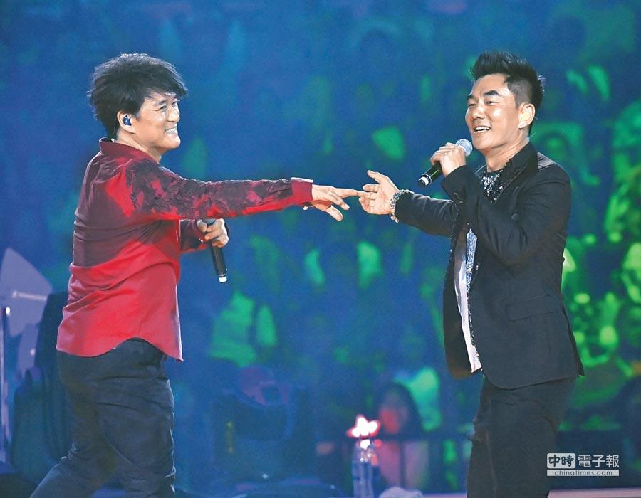 周華健(左)和任賢齊首次同台合唱〈別傻了〉。(盧禕祺攝)