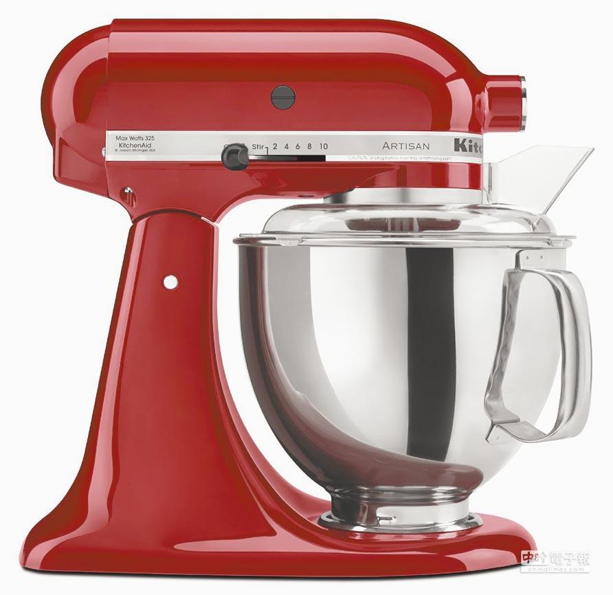 歐美廚電攪拌器第一品牌KitchenAid由特力集團取得代理,主打Artisan抬頭式桌上型攪拌機。(馮景青)