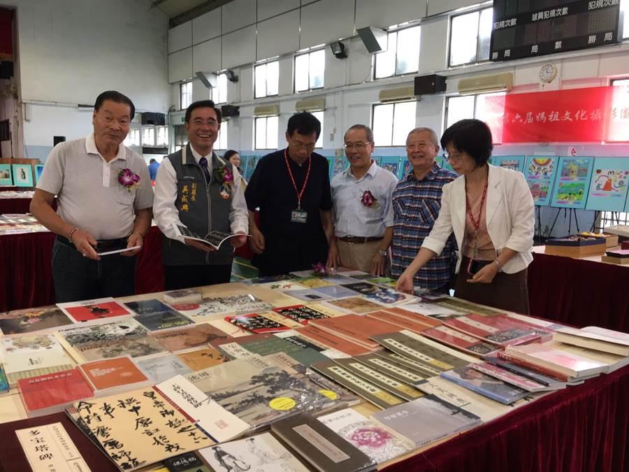第11屆「金門書展」登場,副縣長吳成典(左二)歡迎鄉親優遊書海。(李金生攝)