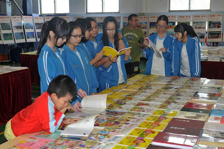 金城國中學生進場,分享「一書在手」的樂趣。(李金生攝)