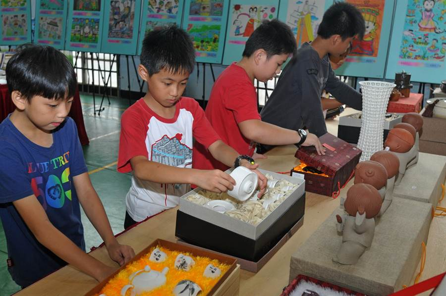 琳瑯滿目的精美陶偶和工藝品,吸引小朋友前來尋寶。(李金生攝)