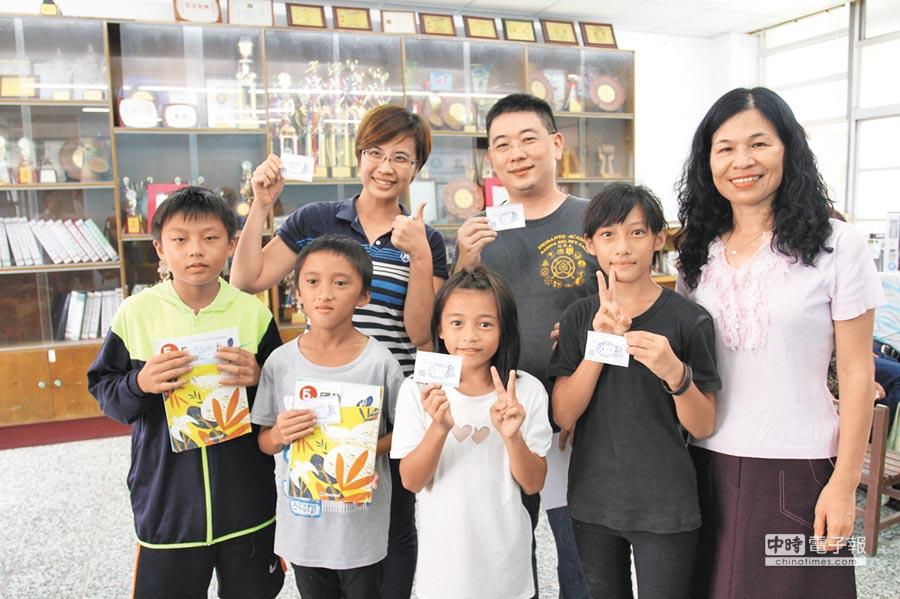 「花蓮543」管理員東之君(後排中)偕同愛心早餐店「柳橙媽」(後排左),前往紅葉國小捐贈雞排券與愛心物資。右為紅葉國小校長陳月珠。(楊漢聲攝)