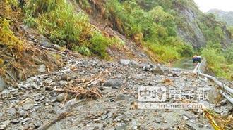 瑞港公路又坍 居民冒險徒步