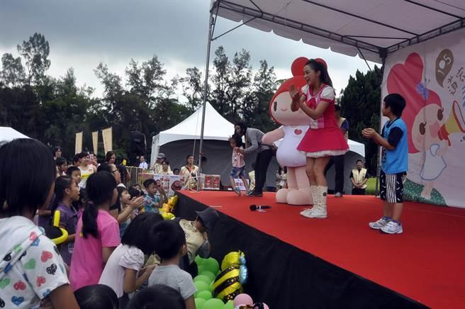 小朋友跟著台上布丁姐姐一起唱跳。(楊明峰攝)