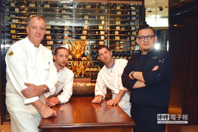 法國傳奇米其林2星〈金字塔〉餐廳主廚派翠克.翁里胡(Patrick Henriroux,左前)至台北國賓飯店客座,並與〈A CUT〉牛排館主凌維廉四手聯烹。圖/姚舜