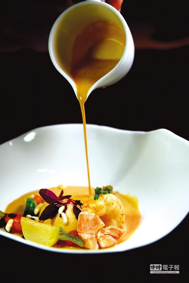 法國小螯蝦肉質細致鮮甜,主廚以橄欖油香煎後搭配螯蝦餅,再淋上用蝦頭蝦尾與蝦殼熬的醬汁提味。圖/姚舜