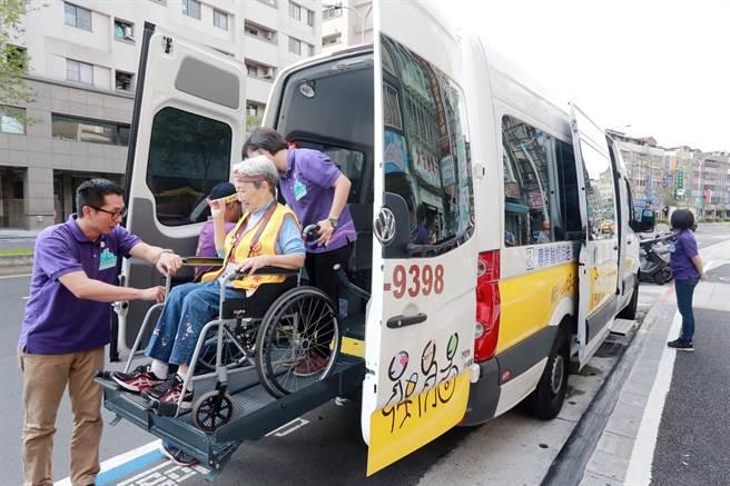 (圖一)銀髮奶奶在多扶「無障礙旅遊管家」協助下,搭上多扶專車快樂出遊。(圖片提供/多扶假期)