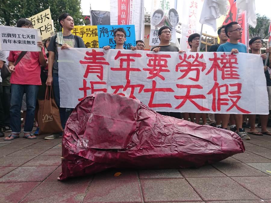 多個青年團體23日前往立法院抗議蔡英文政府將要砍掉七天假。(杜宜諳攝)