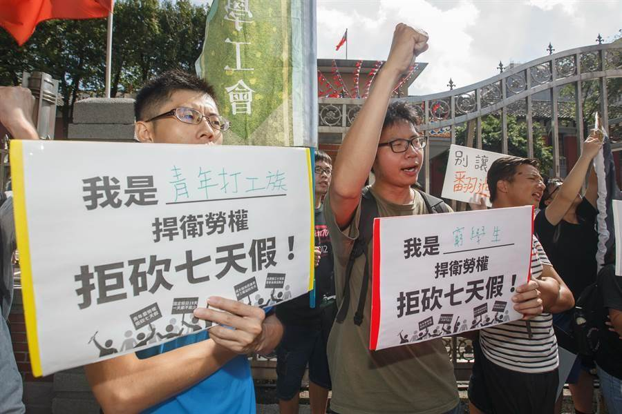現場有許多青年打工族手舉標語大聲怒嚎。(杜宜諳攝)