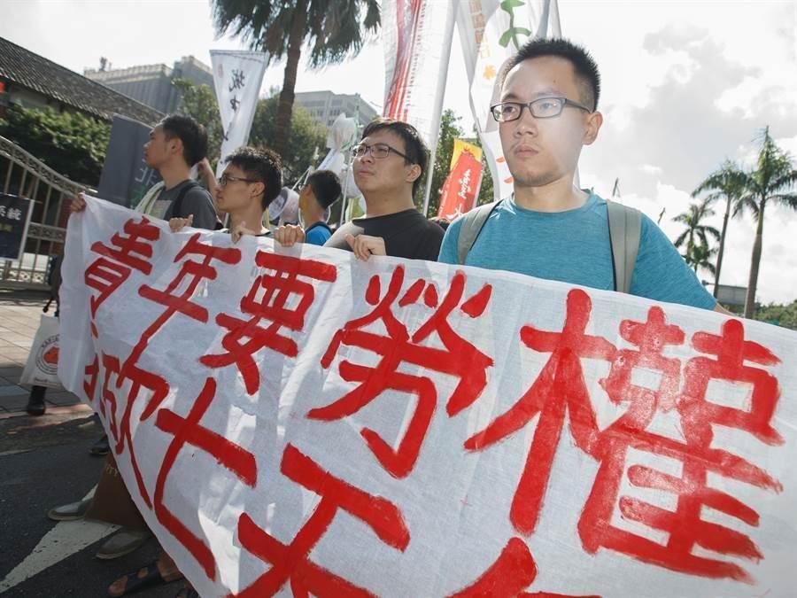 青年團體在立院召開記者會後,遊行前往民進黨中央黨部。(杜宜諳攝)
