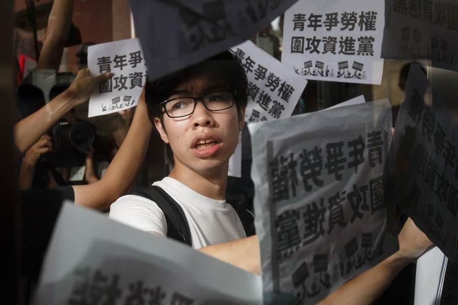 青年團體衝向民進黨中央黨部的門口,並將標語貼至門上。(杜宜諳攝)
