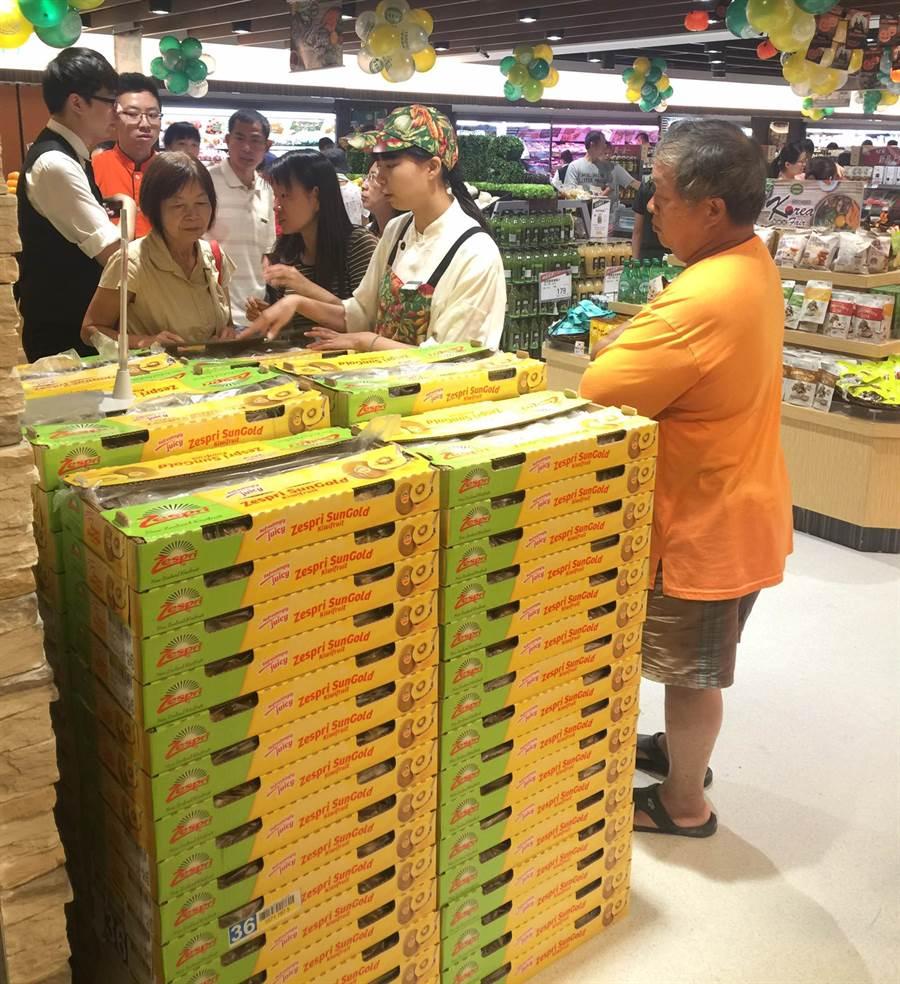 JASONS超市豐原店原本針對開幕活動,祭出限量超低價的紐西蘭奇異果,造成消費者大搶購!(陳世宗翻攝)