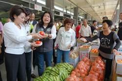 無遮光罩致果菜軟、受損 嘉市果菜市場攤商叫苦