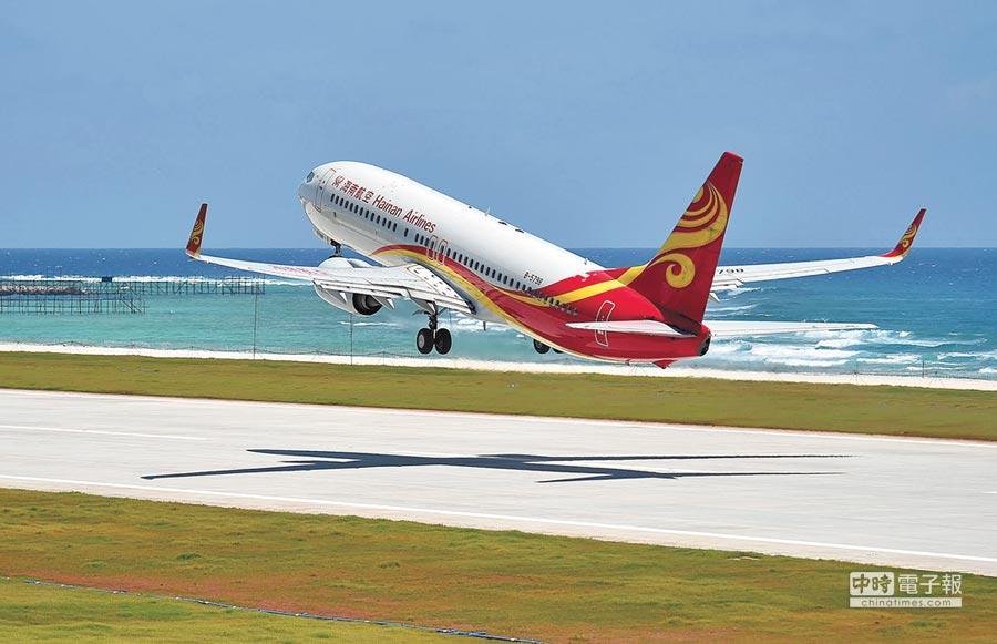 7月13日,海南航空客機從渚碧礁新建機場起飛返回海口。(新華社)