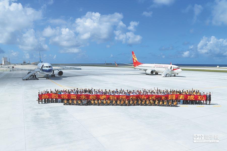 1月6日,兩架民航客機降落南沙永暑礁新建機場。(新華社)