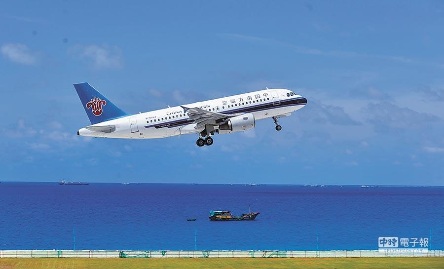 7月13日,南方航空客機從美濟礁起飛返回海口。(新華社)