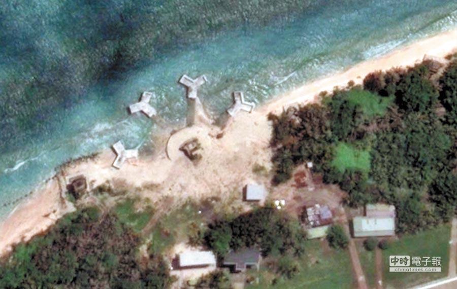 9月19日,Google Earth太平島衛星空照圖,可見巨大消波塊。(取自Google Earth)