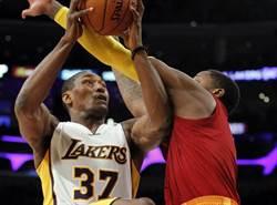 NBA》湖人釋出易建聯 留下世界和平