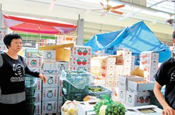 攤商叫苦 市場沒遮光罩 脆柿日曬變軟柿
