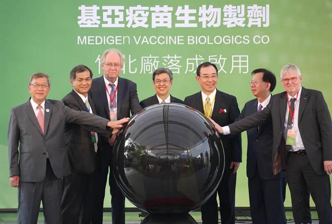 基亞疫苗位在新竹縣竹北生醫園區的全台首座PIC/S GMP等級細胞培養疫苗廠,26日上午在副總統陳建仁(中)的主持下舉行落成典禮,明年將投入量產。(陳育賢攝)