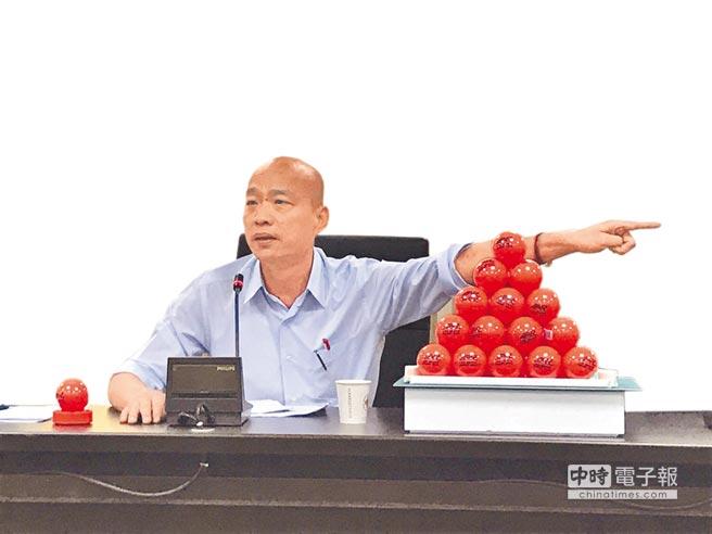 韓國瑜昨親上火線召開記者會,並端出30顆曲棍球,表示自己操守、績效經得起考驗,嗆聲賭吞曲棍球。(柯伶穎攝)