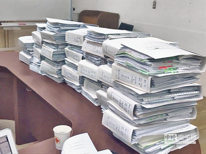 韓國瑜昨親上火線召開記者會,並擺出帳冊,炮轟段是躲在網路後面放冷箭的「小癟三」。(柯伶穎攝)