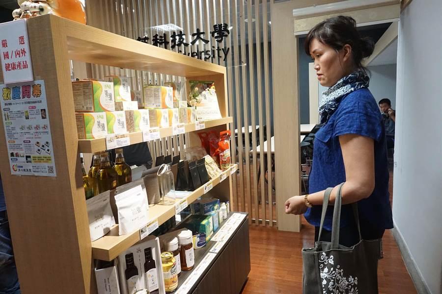 輔英科大進駐高捷開設「美麗島11號店」,販售學校研發保健食品、保養品等商品。(柯宗緯攝)