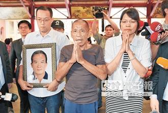 抵基隆 鄉愁一次解放… 「我差點要死了」 沈瑞章與家人抱頭痛哭