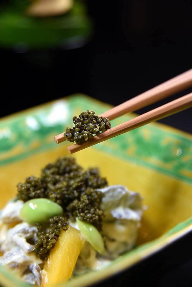 地膚子是一種植物的果實,由於外觀和口感很像魚子醬,故被稱為「山中魚子醬」或「陸地上竹魚子醬」,神田裕行用它們為前菜調味。(圖/姚舜攝)